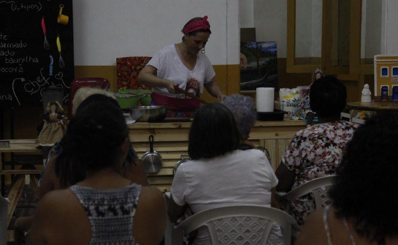 O Mundo Doce de Fabi apresenta técnicas para a confecção de deliciosos bolos em pote a comunidade atendida pelo Projeto Caminhos do Frei